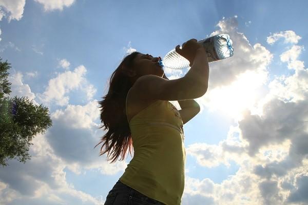 Kamu Harus Banyak Minum Agar Produksi ASI Berjalan Dengan Baik (Fakta)