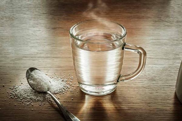8 Manfaat Rutin Minum Air Garam Hangat Yang Harus Kamu Tahu