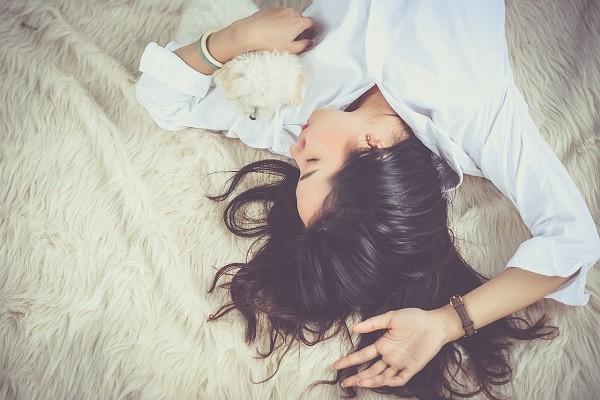 Metode Menghilangkan Kantung Mata Secara Alami: Perbaiki Posisi Tidur