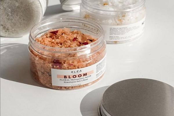 Mandi Lebih Enak? Coba Deh Mandi Dengan Klea Skincare Bloom Floral Therapeutic Bath Salt! Cuma 85 Ribu Kok!