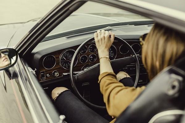 Menyetir Dengan Posisi Duduk Terlalu Jauh Merusak Tulang Belakang
