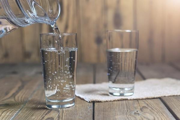 Pastikan Minum Cukup Air Karena Kamu Akan Kehilangan Cairan Selama Setengah Hari